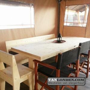 Safaritent inrichting steigerhouten bedden tafels en stoelen