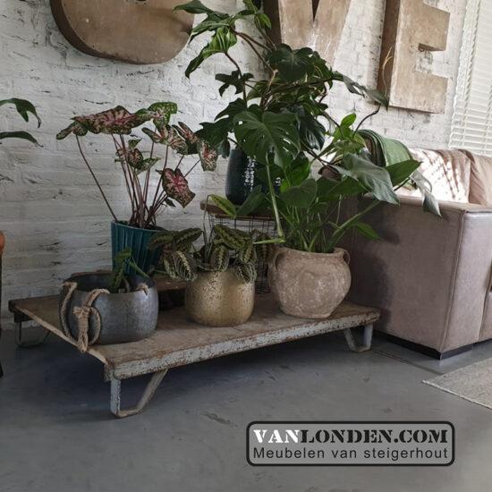 Stalen pallet bijzet tafel met houten blad (Steigerhouten salontafels online bestellen)