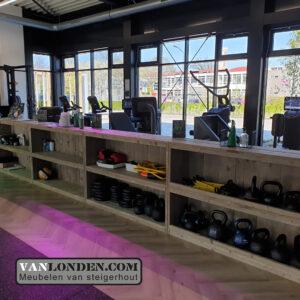 Steigerhouten inrichting sportschool Bredapt kast opbergruimte sportspullen