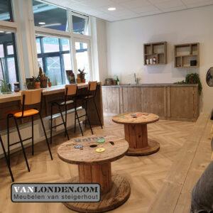 Steigerhouten inrichting sportschool Bredapt rondetafels