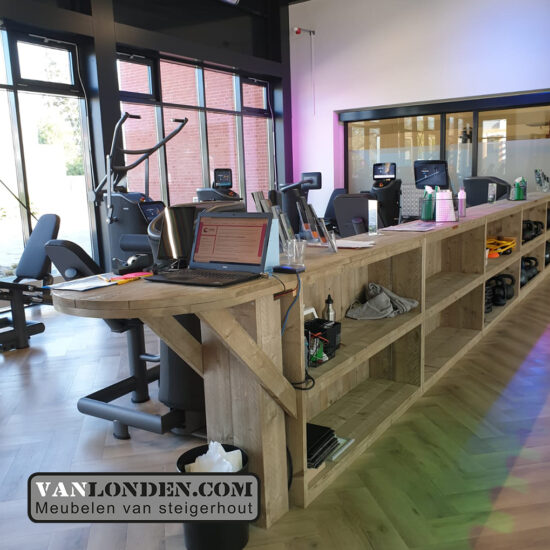 Steigerhouten inrichting sportschool Bredapt tafel opbergruimte