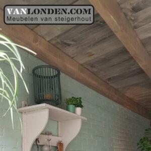 Steigerhouten overkapping tussen 2 muren plafond