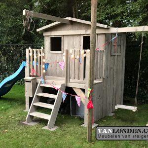 Steigerhouten speelhuis met glijbaan en schommel (Steigerhouten speelhuizen op maat gemaakt)