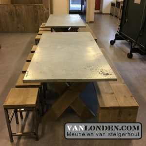 Steigerhouten tafels krukjes inrichting Kinderdagverblijf SmallSteps vanlondencom
