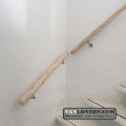 Trapleuning van geschaafde kastanje palen (Steigerhouten accessoires online bestellen)
