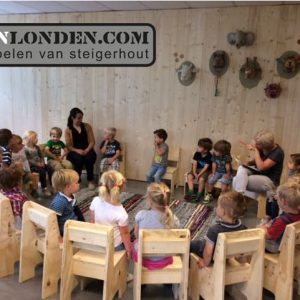 Inrichting kinderdagverblijf (Onze splinternieuwe meubelen op een rij)