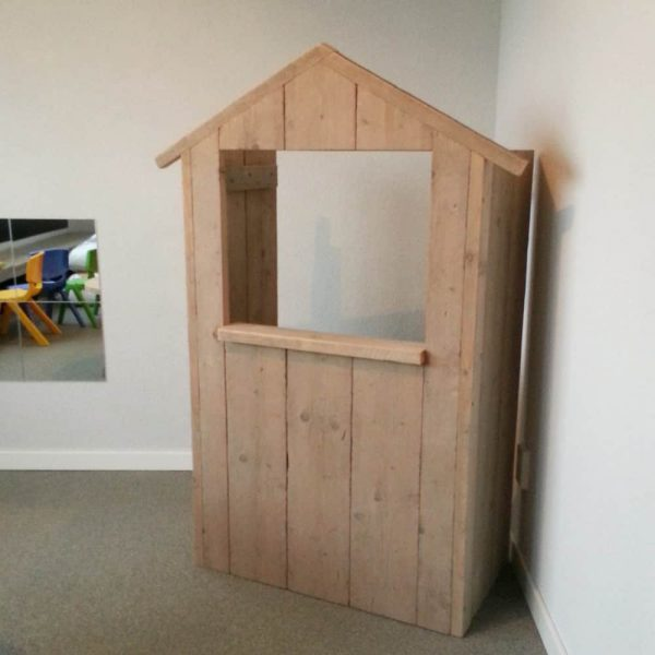 Steigerhouten poppenkast Phileine (Steigerhouten speelhuizen op maat gemaakt)