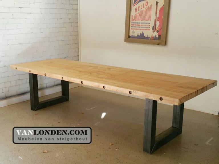 Tafel Eefje van oude bowlingbaan met stalen poten (Steigerhouten tafels online bestellen)